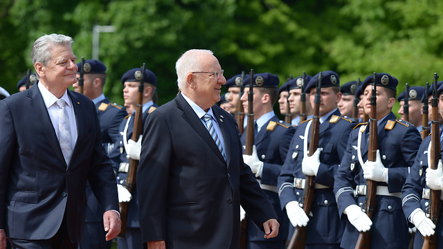 Rivlin and German President Gauck review a military guard of honor (Photo: Amos Ben-Gershom, GPO)