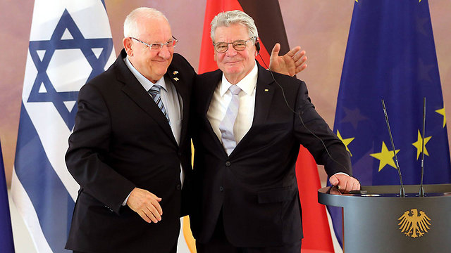 Presidents Rivlin and Gauck in Berlin marking 50 years of diplomatidc relations between the two countries (Photo: EPA)