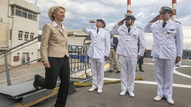שרת ההגנה הגרמנית קפצה לביקור בנמל חיפה (צילום: AFP)