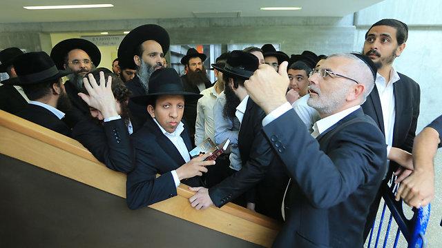 תומכי הרב בבית המשפט  (צילום: ירון ברנר)