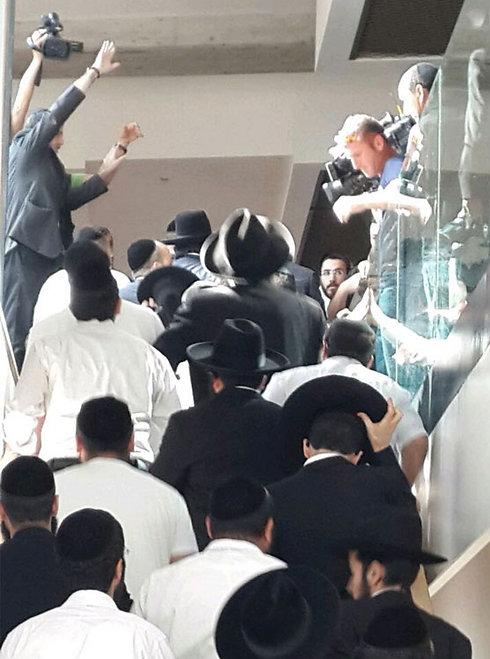 פינטו לאחר מתן גזר הדין, מוקף בתומכיו (צילום: נעמה כהן פרידמן)