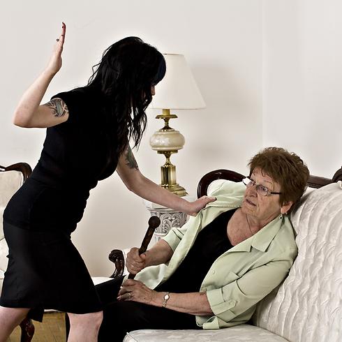 האם התנגדה בכל כוחותיה, עד שבתה עייפה והפסיקה  (צילום: shutterstoc)