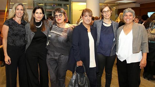 מימין: אלה אלקלעי, אלונה בראון, ליאורה עופר, סיביל גולדפיינר, עדית יערון ומיכל יערון (צילום: יריב דגן ) (צילום: יריב דגן )