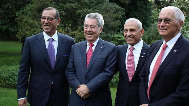 מימין: ראובן אדלר, איתן בן אליהו, נשיא אוסטריה וצבי חפץ                                       (צילום: פטרה פול) (צילום: פטרה פול)