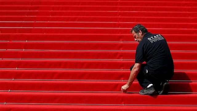 הכנות אחרונות: השטיח האדום בקאן (צילום: EPA) (צילום: EPA)