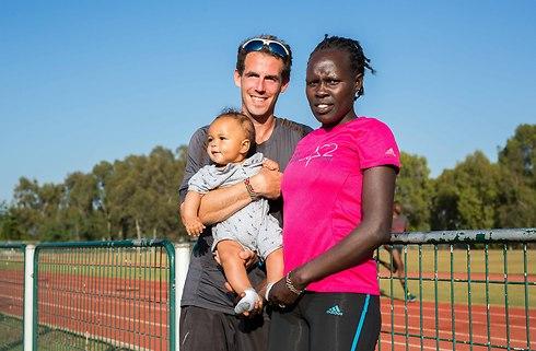 עם הבעל דן והבן הקטן רוי (צילום: טל שחר)