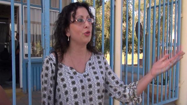 אנג'ליקה חיימוב מול שער המפעל הסגור (צילום: בראל אפרים) (צילום: בראל אפרים)
