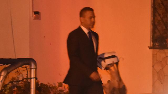 """ארדן יוצא מביתו בדרך להצבעה בכנסת (צילום: יאיר שגיא, """"ידיעות אחרונות"""") (צילום: יאיר שגיא,"""