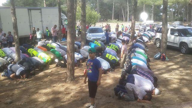 מתפללים ביער עופר, סמוך לזכרון יעקב (צילום: מוחמד שינאווי) (צילום: מוחמד שינאווי)