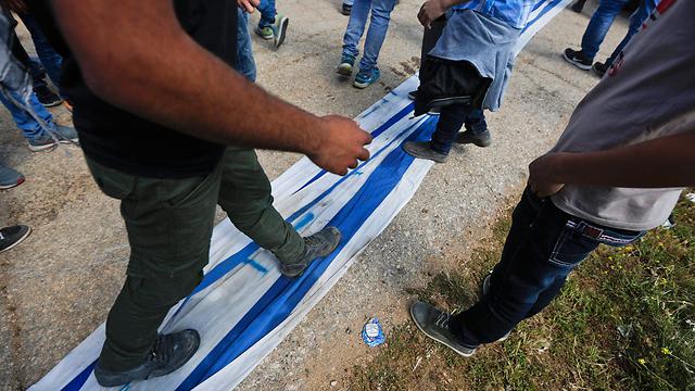 צועדים על הדגל, בהפגנה בביתוניה (צילום: EPA) (צילום: EPA)