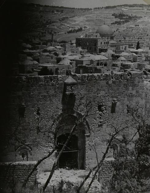 קו הגבול. תצפית מהצד הישראי לשער ציון (צילום: ז'אק רום) (צילום: ז'אק רום)