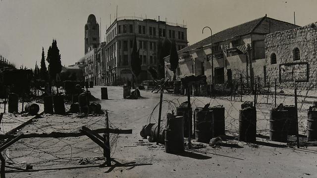 קו חלוקת ירושלים ב-1955. מול מלון מצודת דוד של היום (צילום: ז'אק רום) (צילום: ז'אק רום)