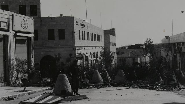 רחוב שלמה המלך - קו הגבול באזור שבו ממוקם כיום מתחם ממילא (צילום: ז'אק רום) (צילום: ז'אק רום)