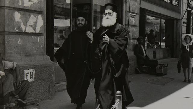 נזירים ברחוב יפו (צילום: ז'אק רום) (צילום: ז'אק רום)