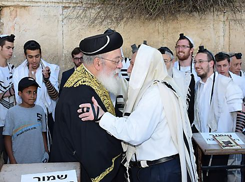הרב עמאר והרב דרוקמן  (צילום: שילה יגודה) (צילום: שילה יגודה)