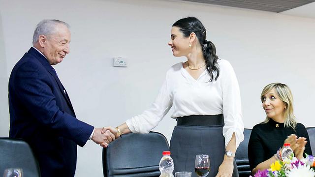 לחיצת יד עם היועץ המשפטי לממשלה (צילום: נועם מושקוביץ) (צילום: נועם מושקוביץ)