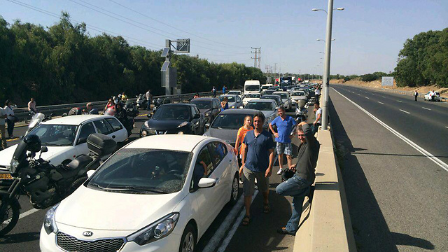 Heavy traffic jams on Highway 2 after it was closed due to a nearby fire (Photo: Tzah Shpizen)