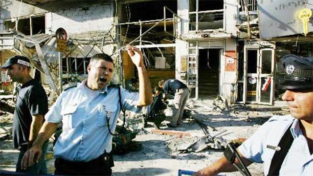 זירת ניסיון החיסול של זאב רוזנשטיין ברחוב יהודה הלוי בתל אביב (צילום: AP) (צילום: AP)