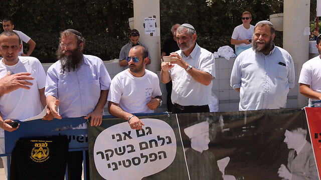 'I too fight the Palestinian lie' sign at the right-wing protest (Photo: Motti Kimchi)