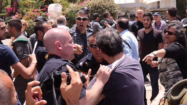 Police confronting protesters at Tel Aviv University (Photo: Motti Kimchi)
