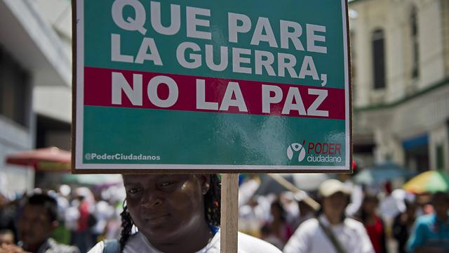 """""""עצרו את המלחמה, לא את השלום"""". עצרת למען שלום בבוגוטה (צילום: AFP)"""