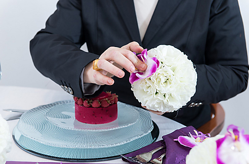 פרחים זולים מוצמדים מסביב לכדור קלקל, ובמרכז - סחלב אחד (צילום: ירון ברנר) (צילום: ירון ברנר)