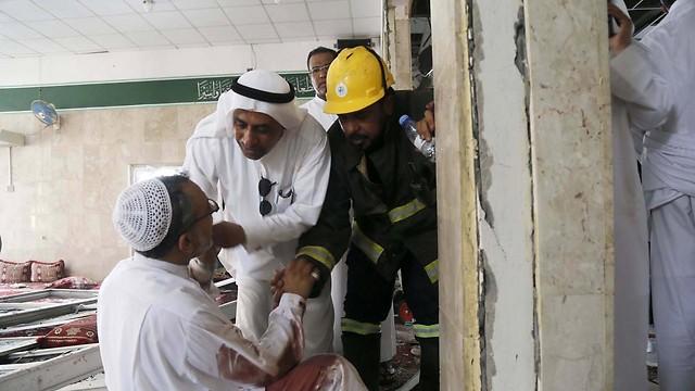 פצוע מקבל טיפול בזירת הפיגוע (צילום: EPA) (צילום: EPA)