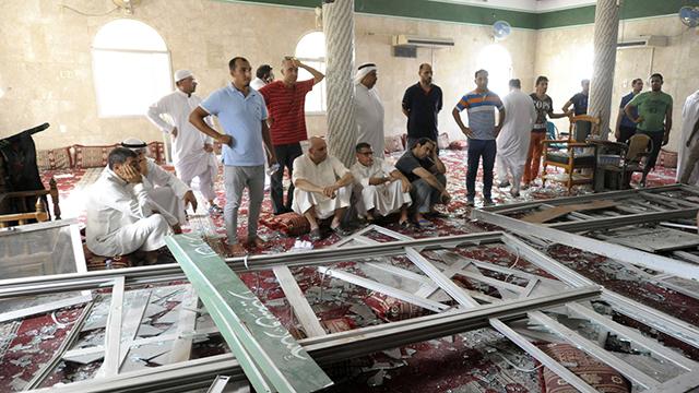הרס ושלוליות דם במסגד שפוצץ (צילום: AFP) (צילום: AFP)