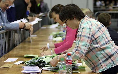 ספירת הקולות (צילום: AFP)