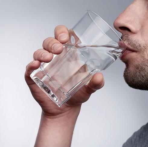 כל כך פשוט וכל כך יעיל - רק לשתות מים (צילום: shutterstock) (צילום: shutterstock)