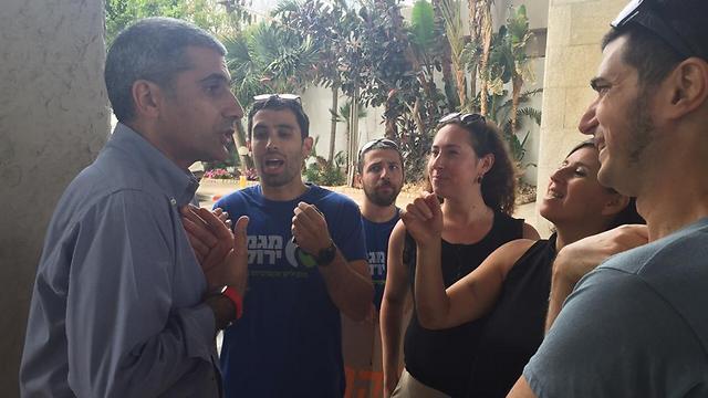 המפגינים משוחחים עם הממונה על התקציבים (צילום: מגמה ירוקה) (צילום: מגמה ירוקה)