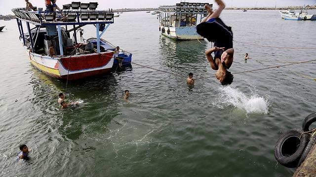 תושבי עזה. ישראל תסכים להקמת נמל? (צילום: AP) (צילום: AP)