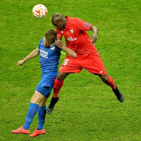 רוסלאן רוטאן וספטן אמביה. אחד כבש אבל השני הניף גביע (צילום: AFP) (צילום: AFP)