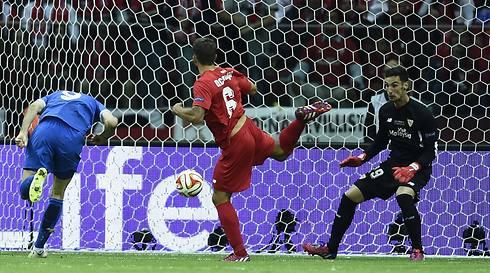 קאליניץ' נוגח (צילום: AFP) (צילום: AFP)