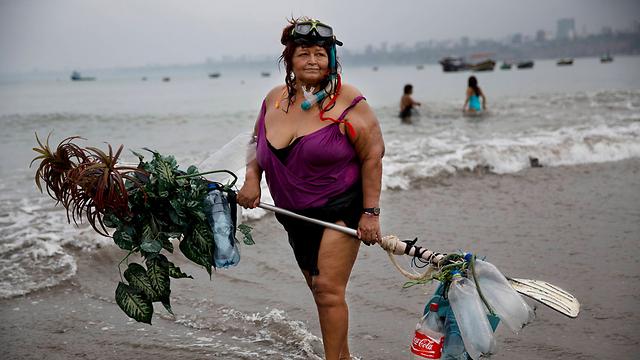 מתעמלת בחוף בעזרת מצוף מאולתר. גרסיאלה מנסס בת ה-67 (צילום: AP)