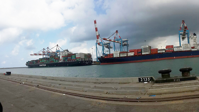 Ships waiting to be unloaded at the Ashdod Port (Photo: Avi Rokah)