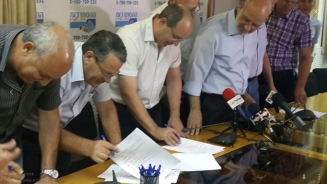 Signing strike-ending agreement (Photo: Gilad Morag)
