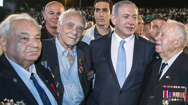 Israeli Prime Minister Benjamin Netanyahu (2nd R) poses with veterans during a ceremony honoring WWII veterans  at the Armored Corps Memorial and Museum at Latrun near Jerusalem (Photo: Reuters)