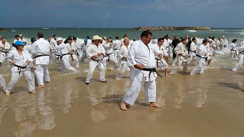 Jordanian karate master on the beach in Herzliya (Photo: George Ginsburg)