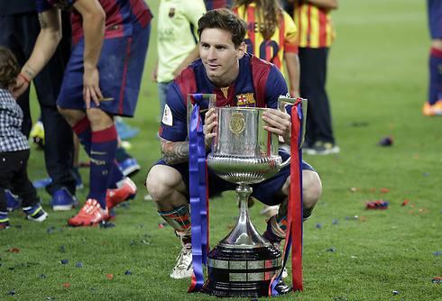 תואר מספר 25 בקריירה שלו. מסי עם הגביע (צילום: AP) (צילום: AP)
