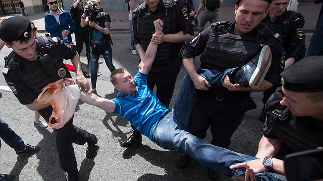 המשטרה מפזרת בכוח את מצעד הגאווה במוסקבה (צילום: AP) (צילום: AP)