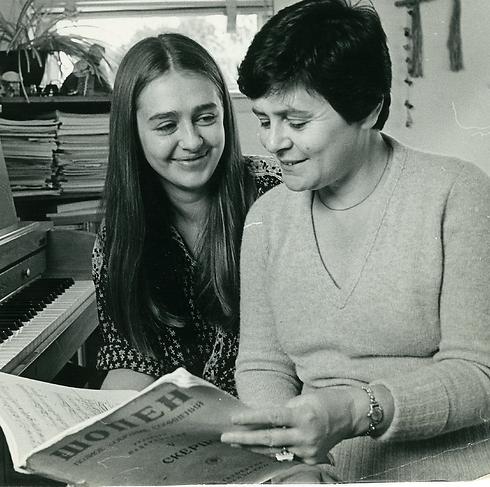אנה פון ברמזן ומה. ילדות מעוררת השראה בצל הקומוניזם ()