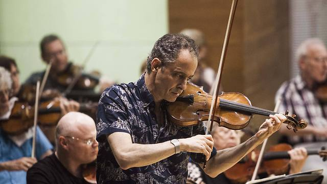 Eugene Drucker plays with the Raanana Symphonette Orchestra (Photo: AP)