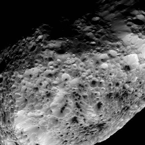 """הירח היפריון (צילום: נאס""""א)"""