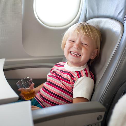 לטוס עם ילדים. סיוט? (צילום: shutterstock)