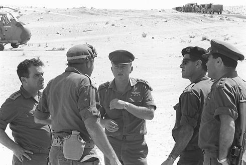 """רבין בשיחה עם מפקדי הגזרה בדרום (צילום: בני הדר, באדיבות ארכיון צה""""ל במשרד הביטחון)"""