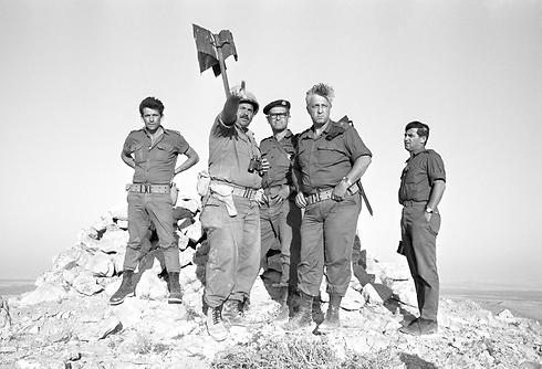 """מפקד אוגדה 38 אריאל שרון (צילום: צלם במחנה באדיבות ארכיון צה""""ל במשרד הביטחון)"""