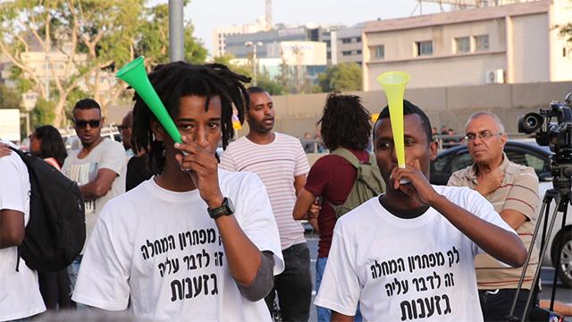 מפגינים בתל אביב (צילום: מוטי קמחי) (צילום: מוטי קמחי)