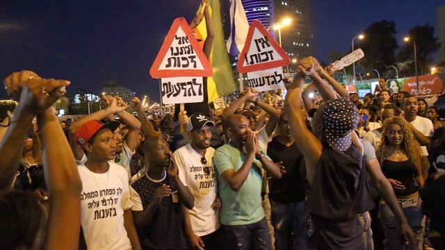 המפגינים ירדו אל הכביש הסמוך וחסמו אותו (צילום: מוטי קמחי) (צילום: מוטי קמחי)