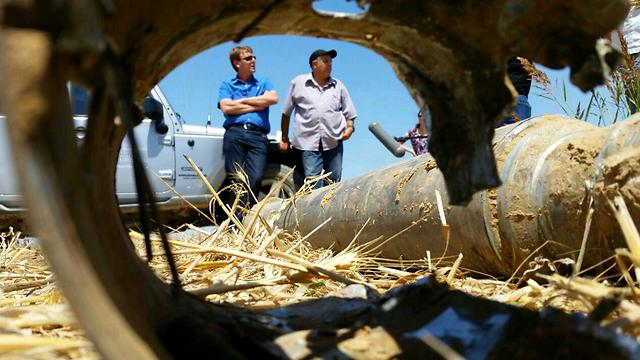 Security officials at the site of a rocket strike in Sdot HaNegev (Photo: Meir Dahan) (Photo: Meir Dahan)